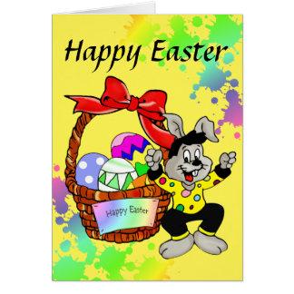 Huevos de Pascua coloridos en cesta con el Tarjeta De Felicitación