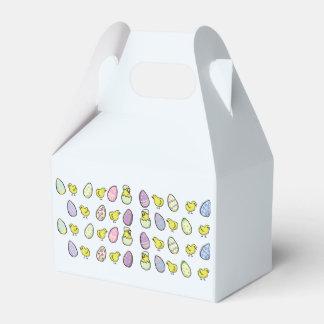 Huevos de Pascua y caja doblada polluelos del