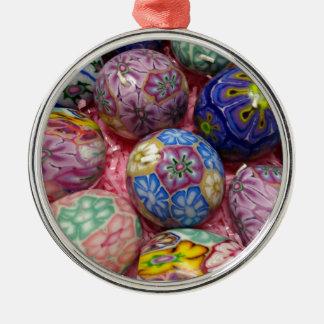 Huevos multicolores hermosos del ucraniano de la adorno navideño redondo de metal