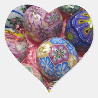 Huevos multicolores hermosos del ucraniano de la pegatina en forma de corazón