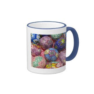 Huevos multicolores hermosos del ucraniano de la taza a dos colores