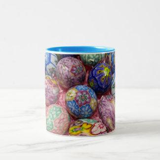 Huevos multicolores hermosos del ucraniano de la taza de dos tonos