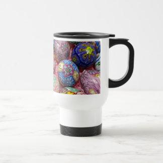 Huevos multicolores hermosos del ucraniano de la taza térmica
