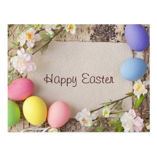 Huevos y nota de Pascua sobre fondo de madera Postal