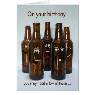 Humor de la cerveza del cumpleaños que consigue tarjeta de felicitación