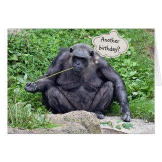 Humor del cumpleaños con el chimpancé tarjeta de felicitación