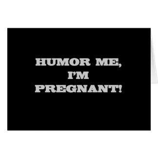 Humor me que estoy embarazada tarjeta de felicitación
