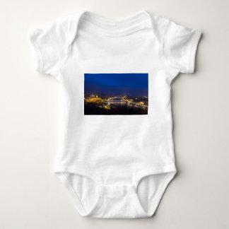 Hungría Budapest en el panorama de la noche Body Para Bebé