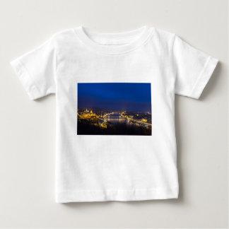 Hungría Budapest en el panorama de la noche Camiseta De Bebé