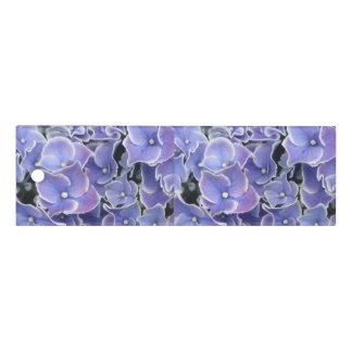 Hydrangea azul con la regla blanca de la frontera