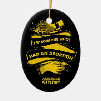 I <3 alguien que tenía un ornamento del aborto adorno navideño ovalado de cerámica