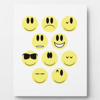 Iconos amarillos de la cara placa expositora