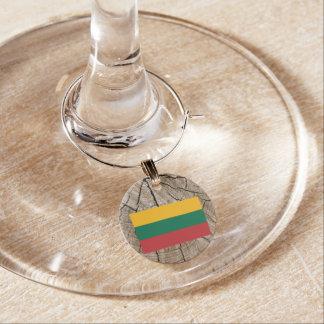 Identificador De Copa Bandera lituana en corteza de árbol