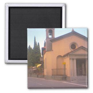Iglesia al lado del lago Como Imán Cuadrado