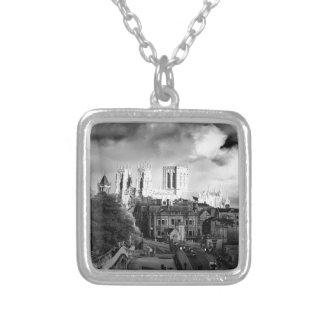 Iglesia de monasterio de York en el Sun Collar Plateado