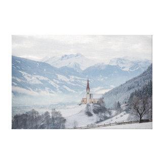 Iglesia en Zillertal en la impresión de la lona