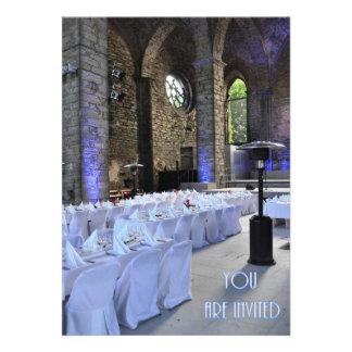 Iglesia gótica vieja de la invitación del boda