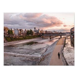 Igualación del paseo a lo largo del río de Kamo en Foto