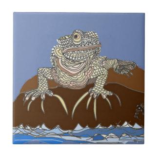Iguana marina en roca con el cangrejo de ermitaño azulejo de cerámica