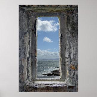 Ilusión de la ventana del castillo con la opinión póster