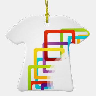 Ilustraciones con las cajas coloridas adorno de cerámica en forma de camiseta