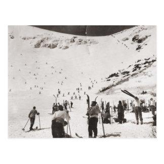 Imagen del esquí del vintage, esquiadores en las postal