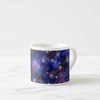 Imagen estrellada del cielo de la noche hermosa taza de espresso