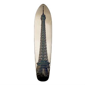 Imagen negra y blanca estilizada de la torre Eiffe Monopatines