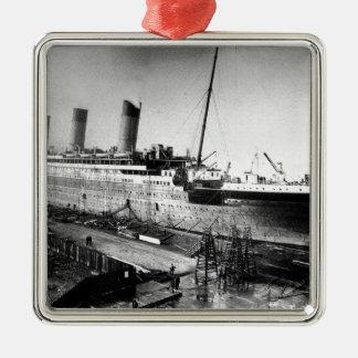 imagen titánica original bajo construcción adorno navideño cuadrado de metal