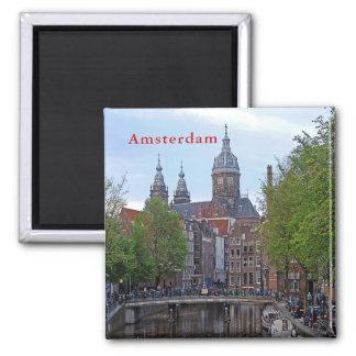 Imán Amsterdam. Canal e iglesia del santo Nicholas