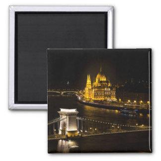 Imán Budapest en la noche