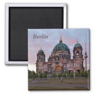 Imán Catedral de Berlín con la torre y Lustgar de la