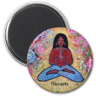 Imán Chica cabelludo negro de la yoga de Namaste