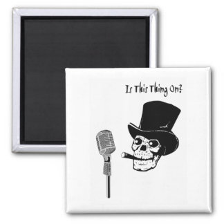 Imán Cráneo en sombrero de copa con el micrófono