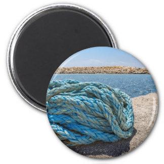 Imán Cuerda azul en espiral del amarre en el agua en la
