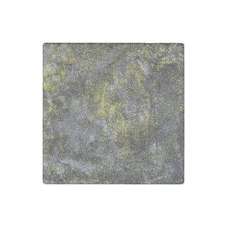 Imán De Piedra Tinta blanco y negro en fondo amarillo