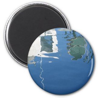 Imán El barco de pesca refleja en el agua