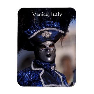 Iman El carácter enmascarado del carnaval con el azul
