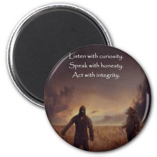 Imán Escuche con curiosidad hablan con acto de la