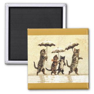 Imán Familia de gato con los paraguas que camina en
