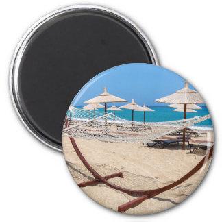 Imán Hamaca con los parasoles de playa en la costa