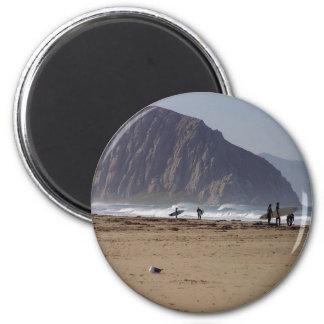 Imán La roca de Morro vara a personas que practica surf
