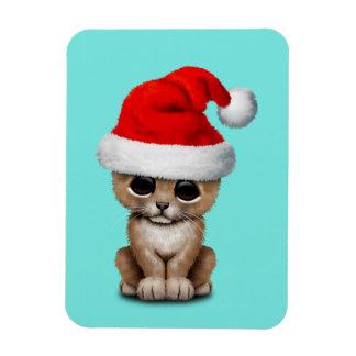 Imán León Cub lindo que lleva un gorra de Santa