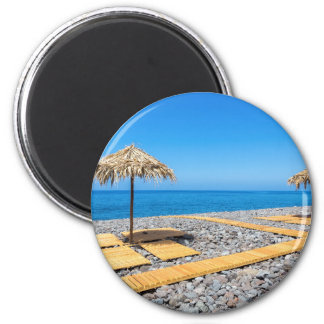 Imán Parasoles de playa con la trayectoria y piedras en