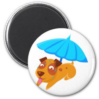 Imán Perrito que suda debajo del paraguas en la playa