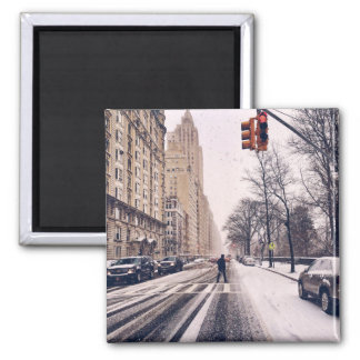 Imán Un hombre que cruza un Central Park Nevado al
