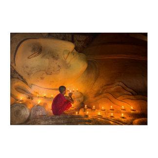 Impresión Acrílica Monje que ruega por un Buda