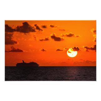 Impresión - barco de cruceros en la salida del sol foto