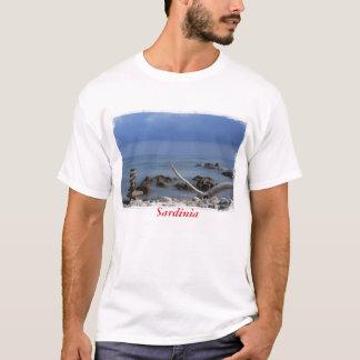 Impresión de una playa rocosa en Cerdeña, Italia Camiseta