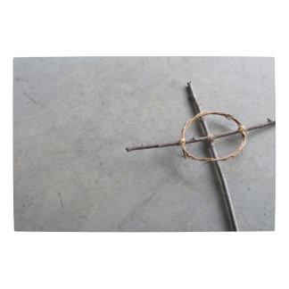 Impresión En Metal Cruz céltica rústica en el hormigón gris